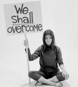Portada de la revista 'Life' con Gloria Steinem sentada en el suelo con el cartel 'We shall overcome' ('Venceremos').